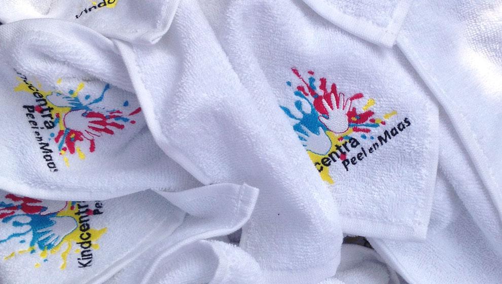 Geboorduurde Badcapes voor Kindcentra Peel en Maas